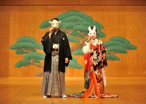 能舞台で結婚式の前撮り 木村雨山の染めの赤い色打掛 オシャレなウェディングフォトができる