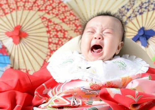 赤ちゃん 女の子 百日祝い 着物 100日祝い 富山 高岡 写真 かわいい はだか 家族写真 泣いている顔 赤