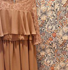 妊婦さんも安心して着れる結婚式に参列するときのゲストドレス ブラウンレースで上品な長袖ドレス ロング丈