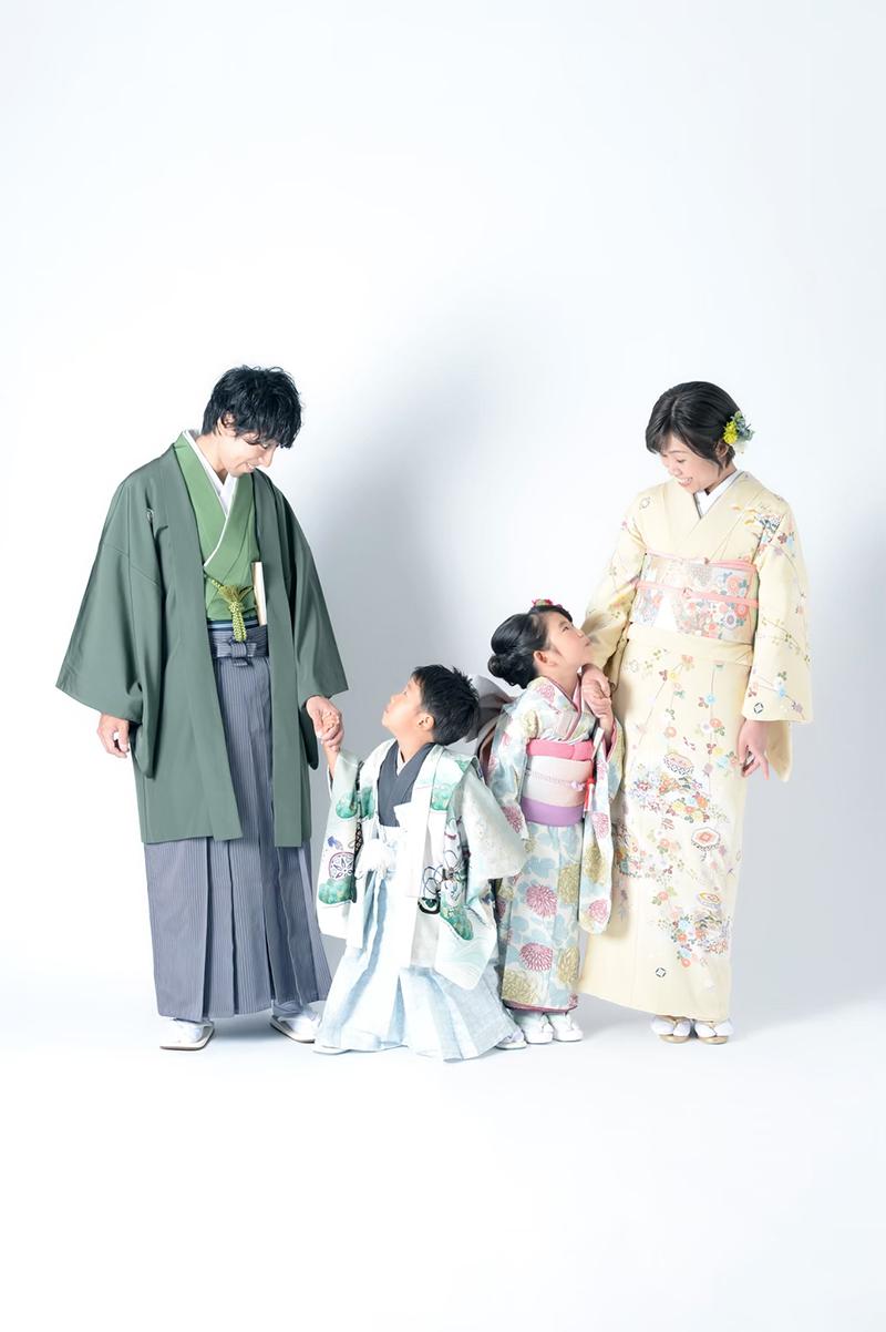 七五三ならブライダルハウスひまわりの衣裳が可愛くていまどき。家族写真のおススメ。