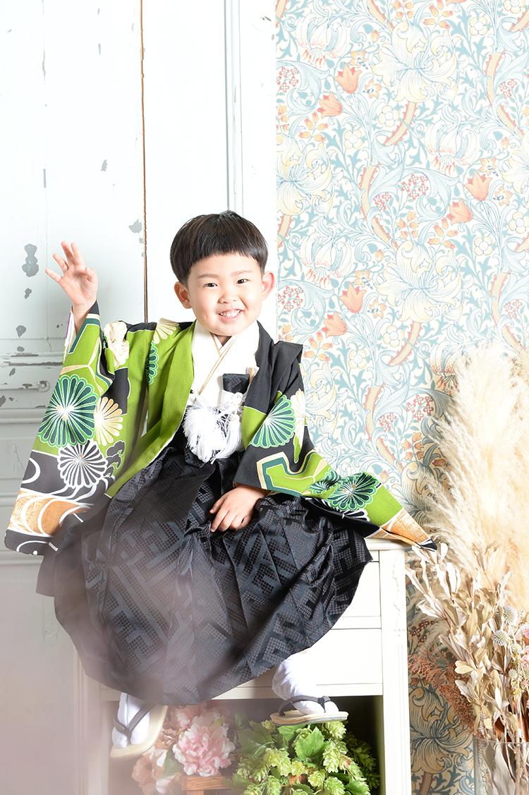 七五三撮影男の子がかっこいいオシャレに衣裳も豊富にそろっています